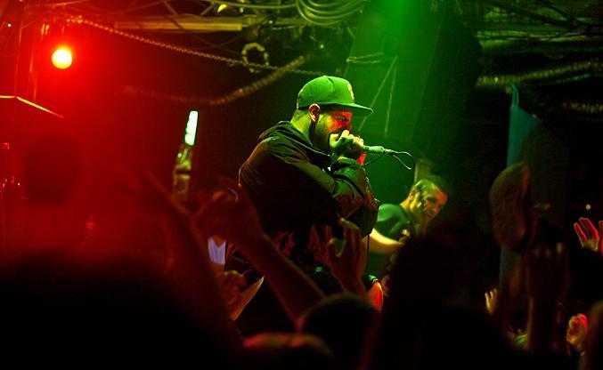 Вокалиста дэткор-группы Emmure чуть не убило током, во время концерта в Москве