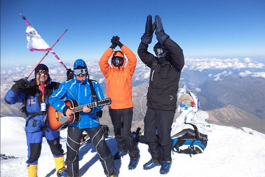 На западной вершине Эльбруса прошел концерт бардов-альпинистов