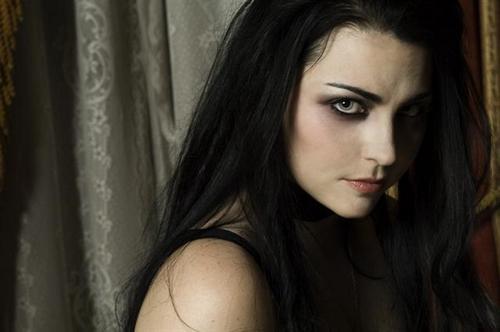 Солистка Evanescence воинственно настроена против бывшего лейбла